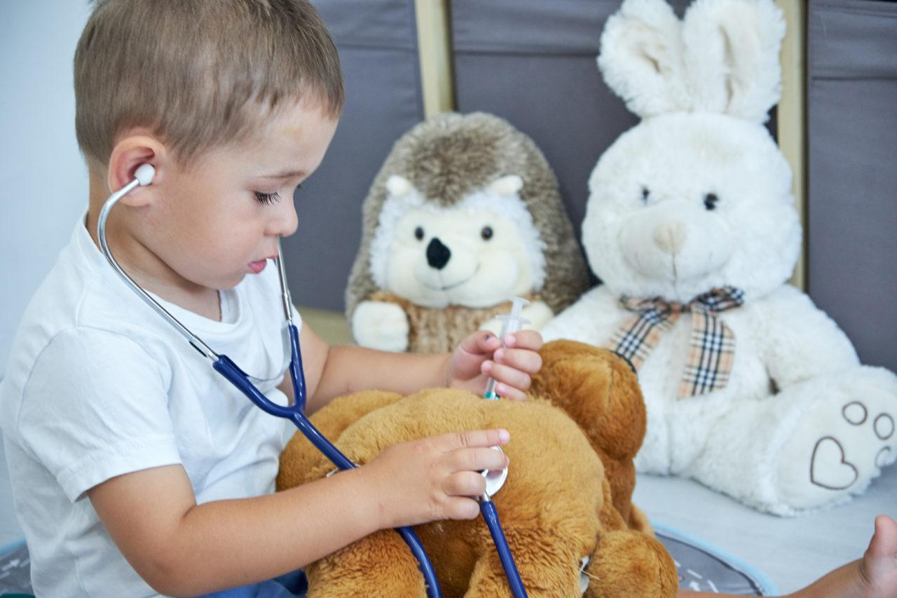 Chłopiec bawi sięw doktora z misiem