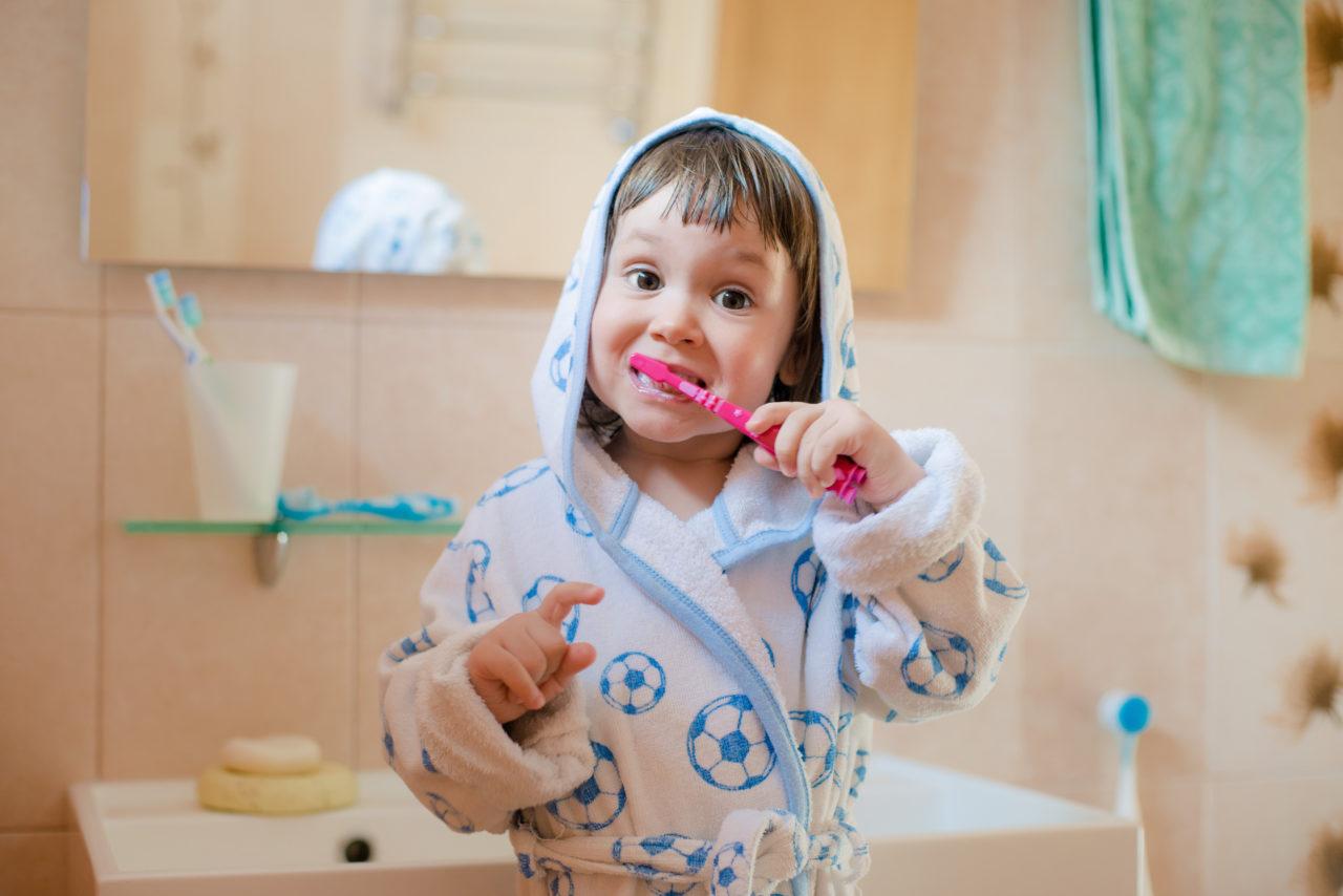 Mała dziewczynka myje zęby