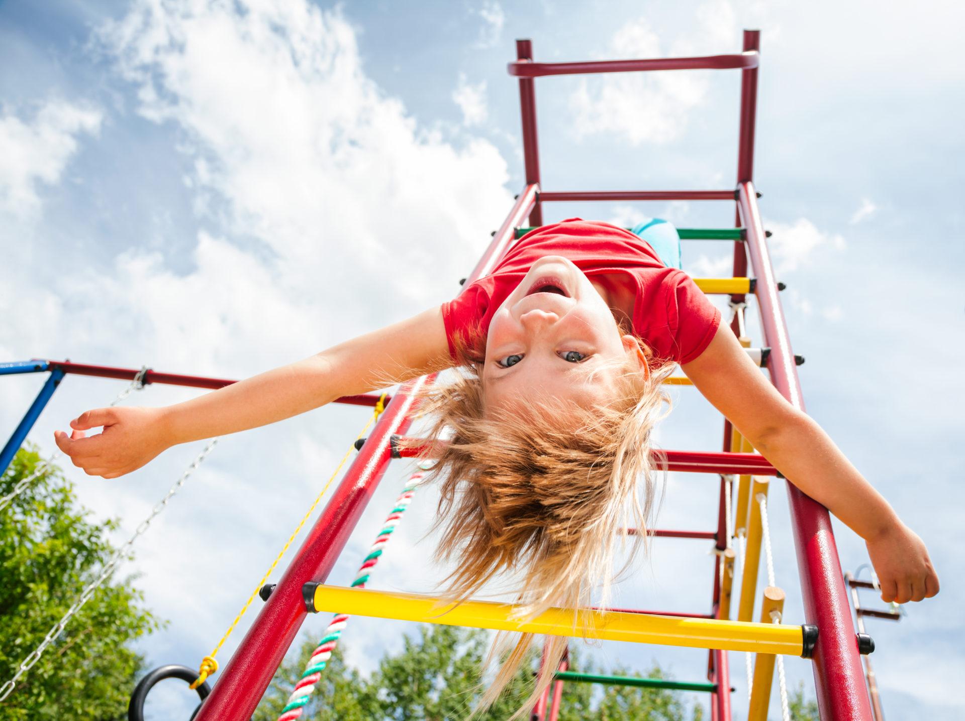 Dziewczynka bawi się na placu zabaw