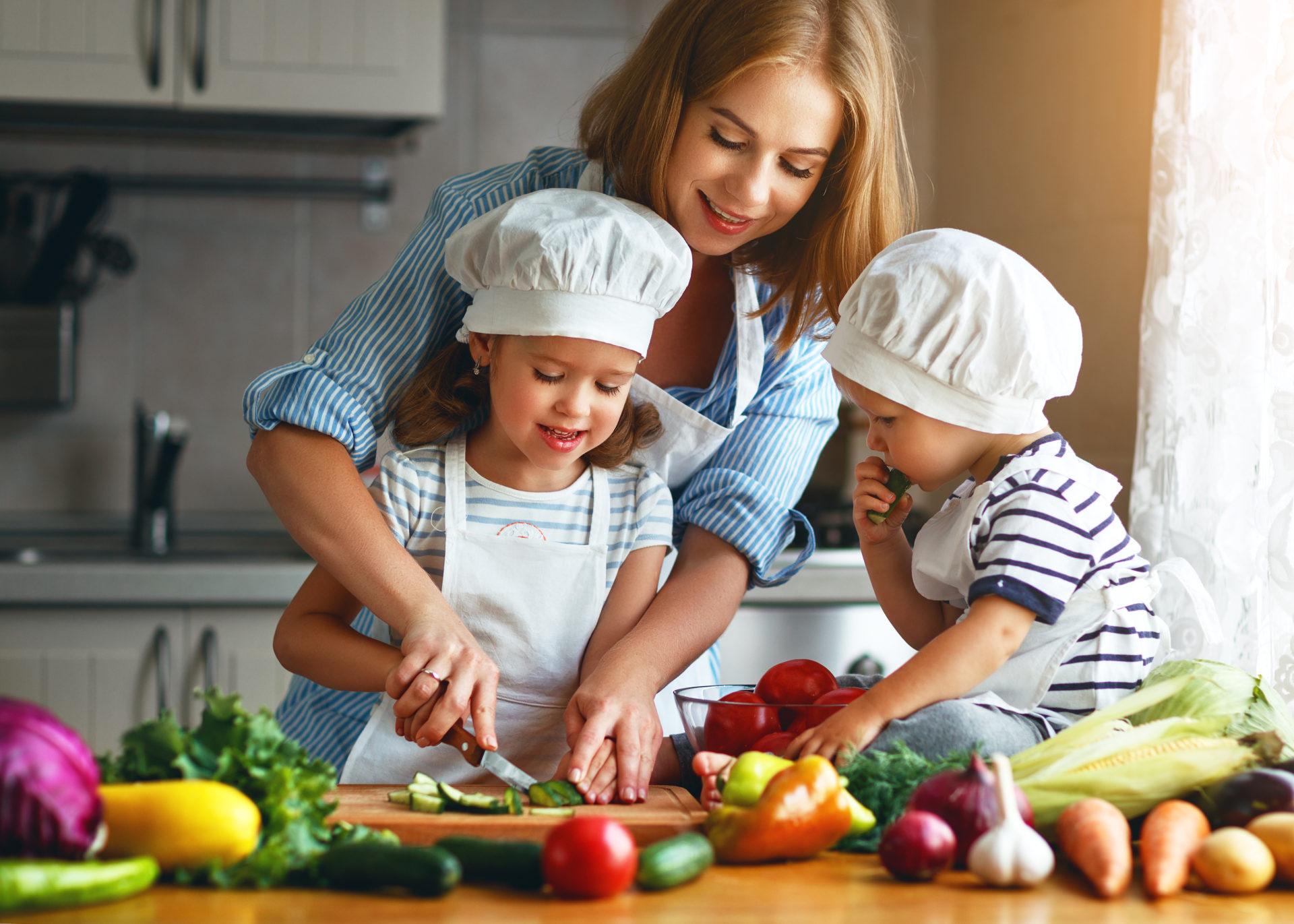 Rodzina przygotowuje sałatkę warzywną