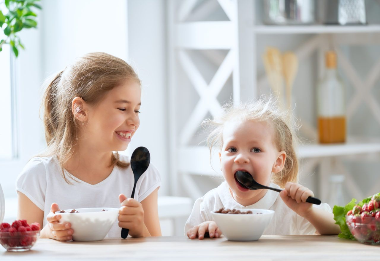 Dzieci zjadają śniadanie