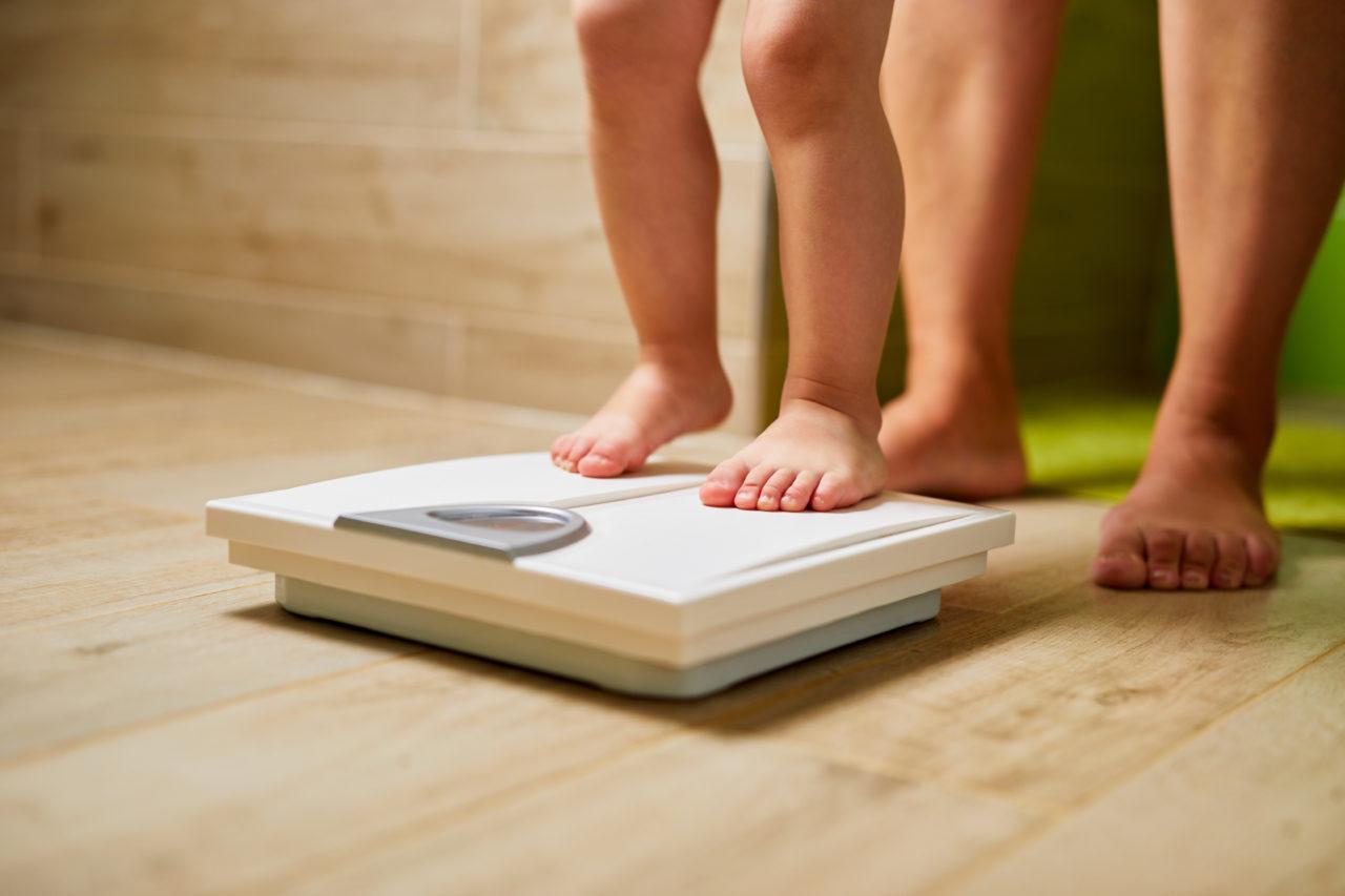 Małe dziecko stoi na wadze