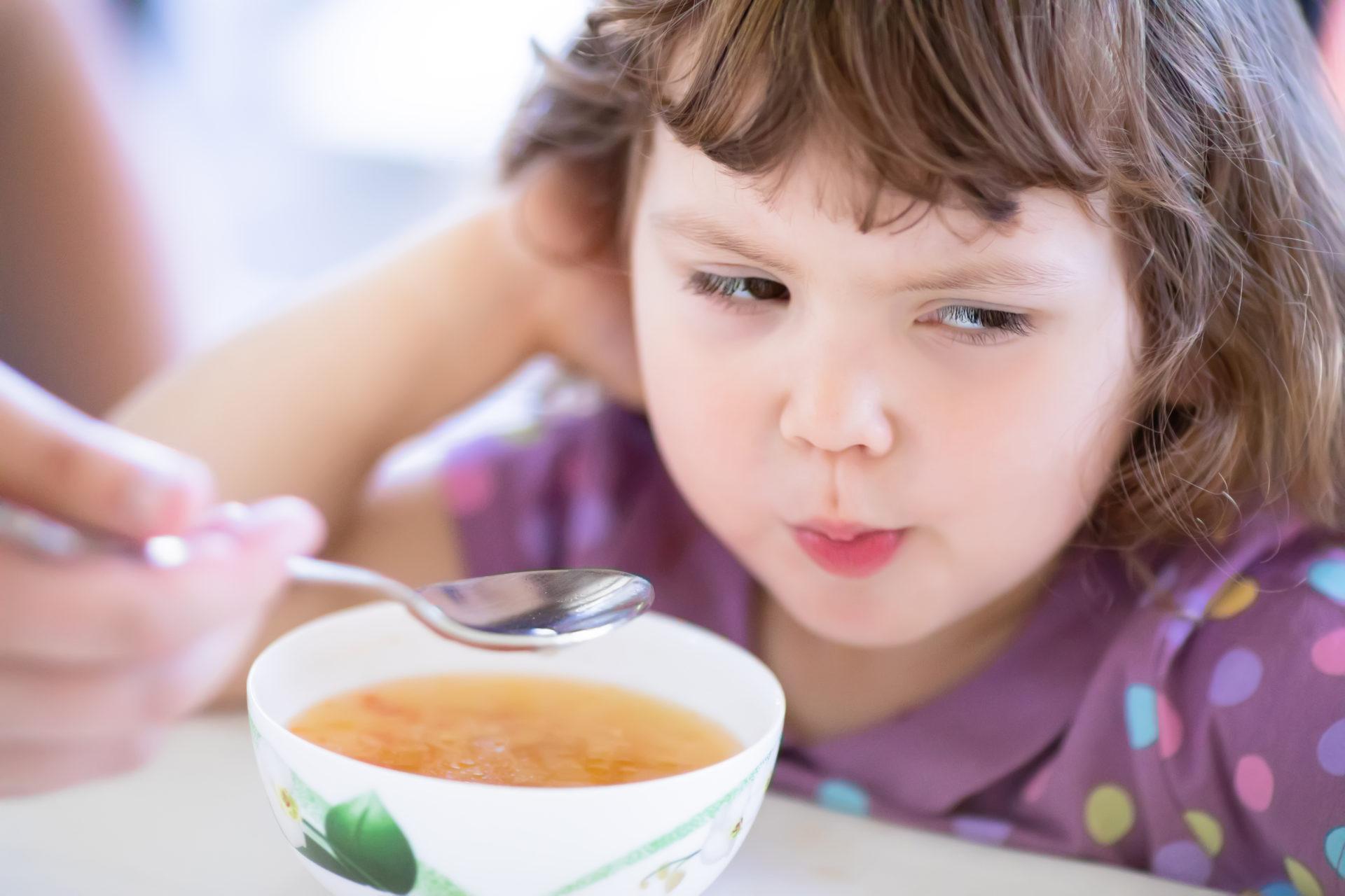 Dziewczynka nie chce jeść