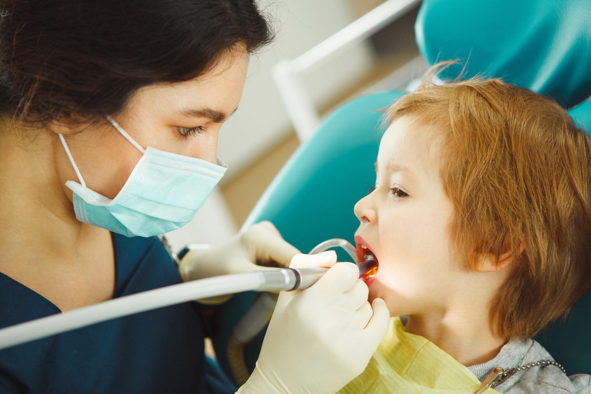 Chłopiec podczas wizyty u dentysty