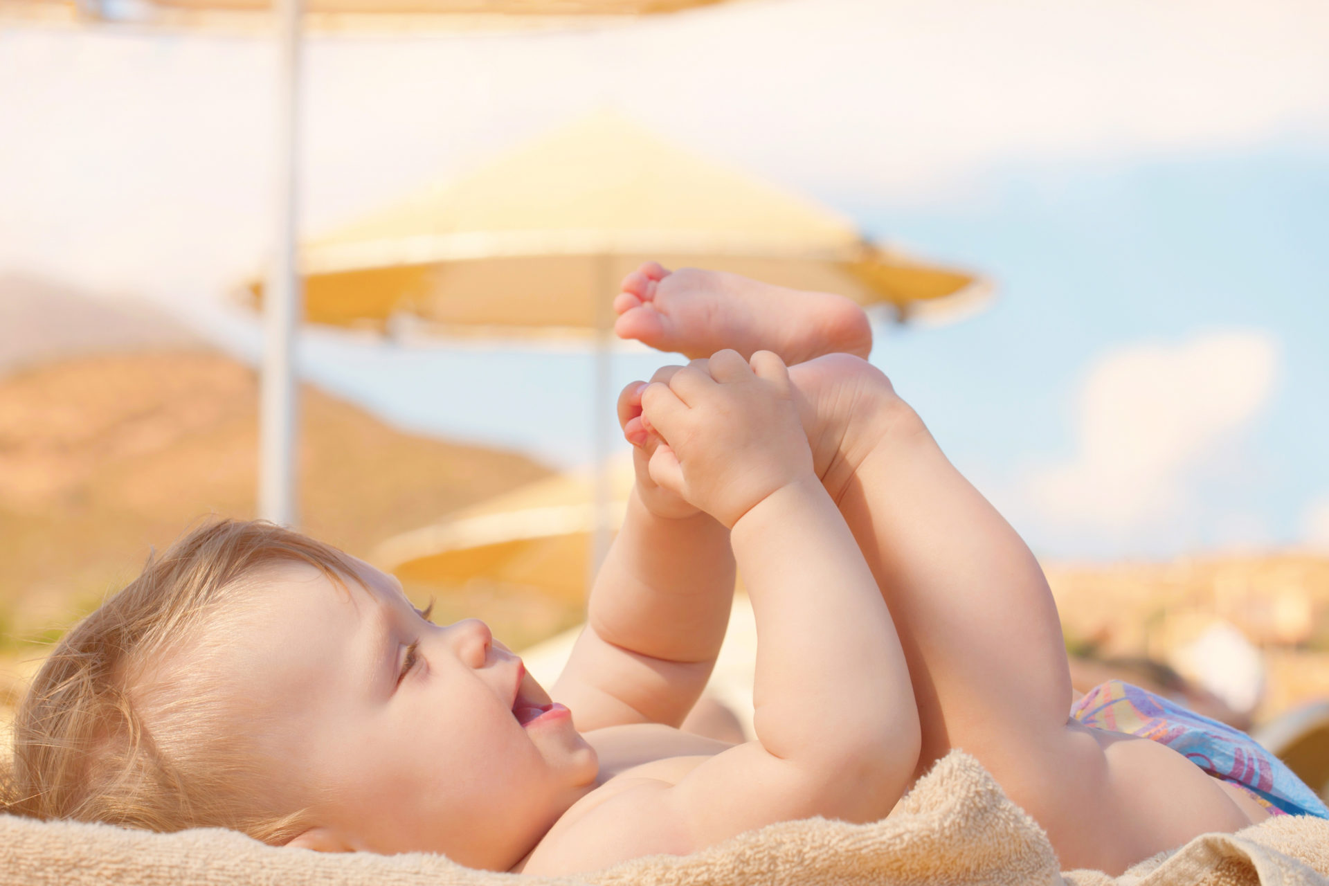 Uśmiechnięte dziecko na plaży