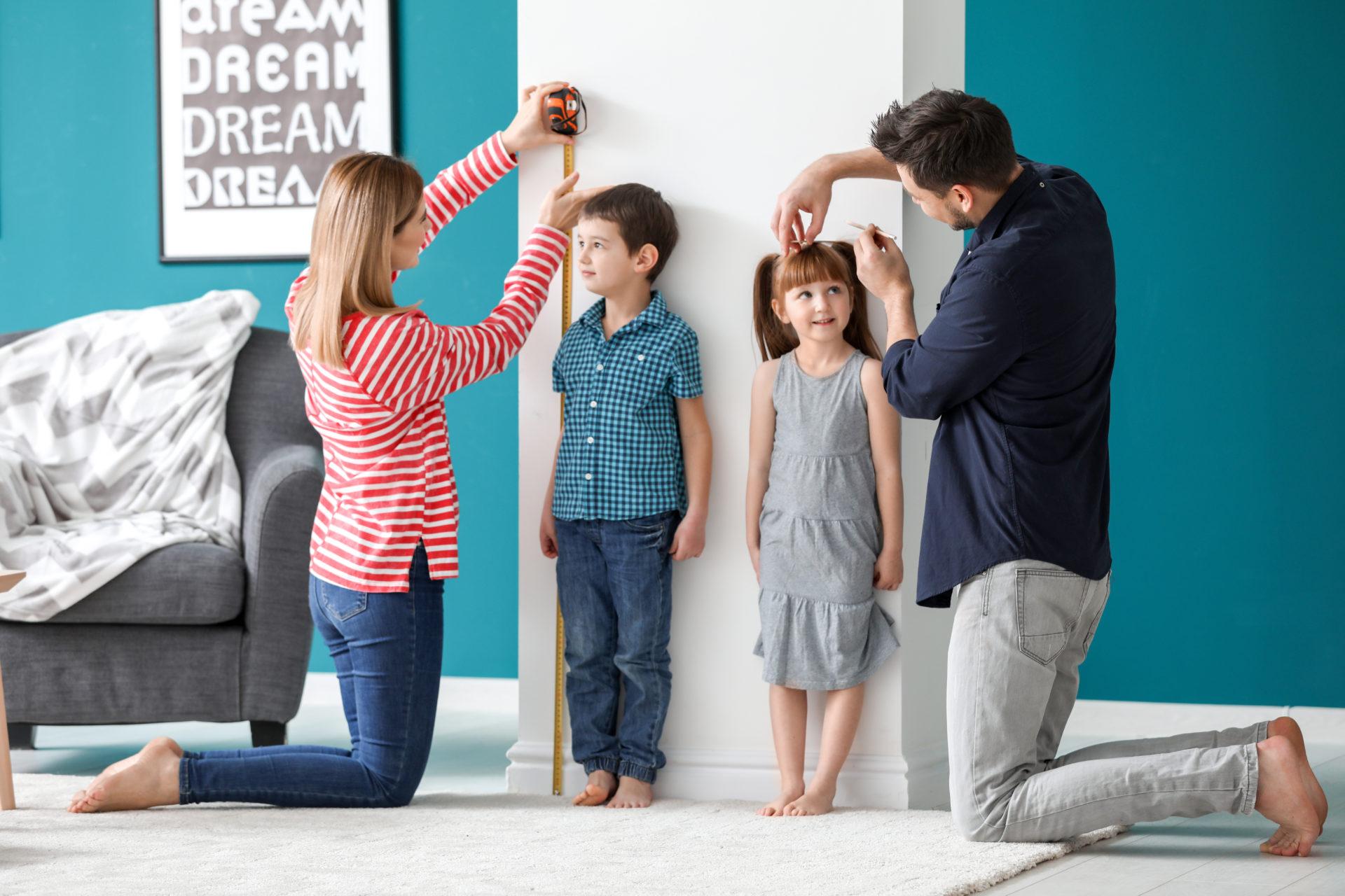 Rodzice mierzą wzrost swoich dzieci