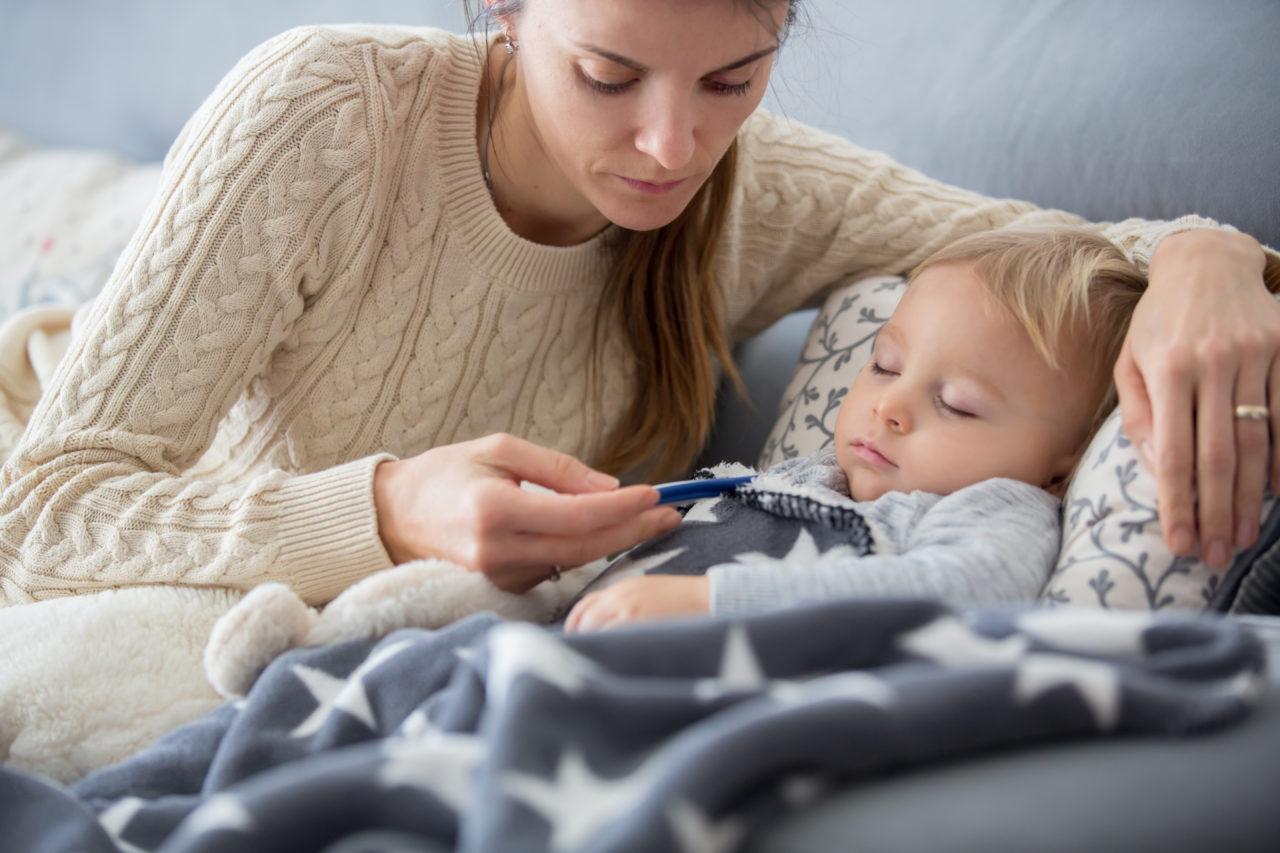 Mama mierzy synkowi temperaturę