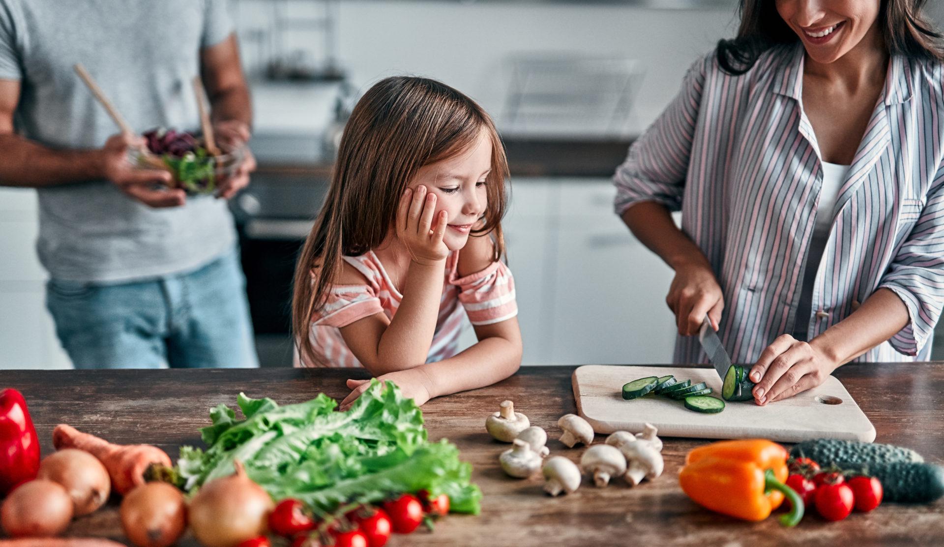 Rodzina w kuchni przygotowuje sałatkę